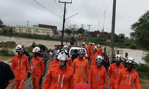 Com ponte submersa, moradores ficam 'ilhados' após água de barragem invadir cidade na Bahia