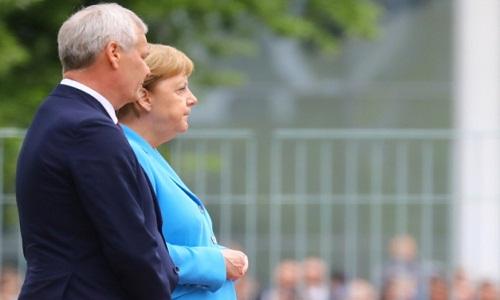Merkel é vista tremendo pela 3ª vez em menos de 1 mês, mas diz que está bem