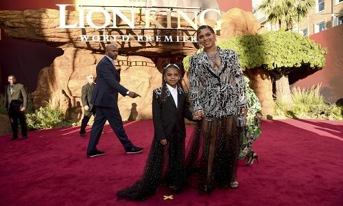 Pré-estreia de 'O Rei Leão' tem Donald Glover e a cantora Beyoncé com a filha Blue Ivy no tapete vermelho