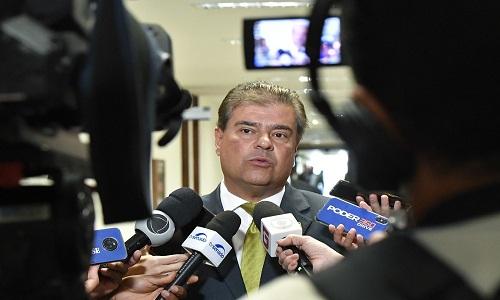 Presidente de comissão no Senado diz que governo não pode 'brincar' se quiser aprovar Eduardo