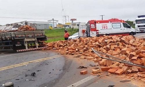 Batida entre caminhão e dois carros deixa dois mortos em rodovia da Bahia