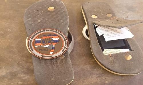 Polícia acha celular escondido em solado de sandália de preso em delegacia da Bahia