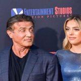 Filha de Stallone diz que pai a jogou em mar de tubarões como treinamento para filme