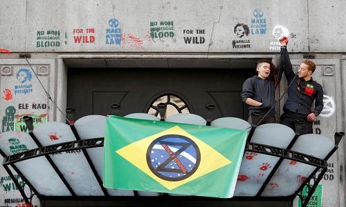 Ativistas do clima jogam tinta vermelha em embaixada do Brasil em Londres