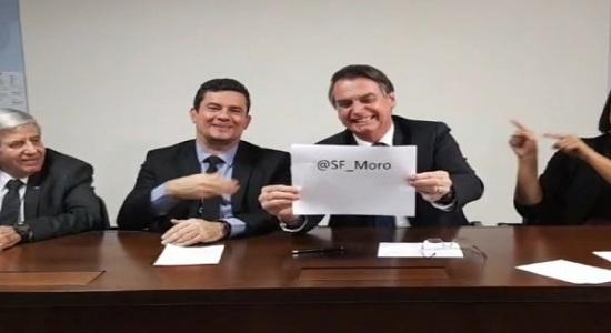 Em transmissão com Moro, presidente Bolsonaro volta a expor fixação anal