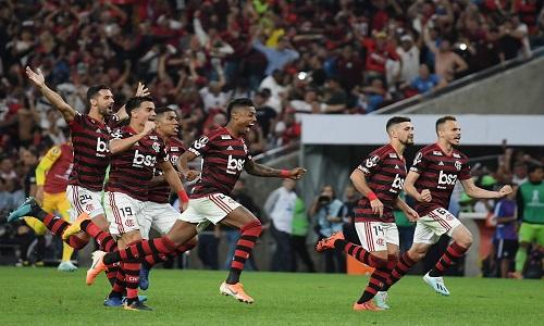 Flamengo gasta combustível no início, cansa no fim, mas é carregado pela torcida