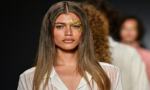 Victoria's Secret contrata brasileira como 1ª modelo transgênero após críticas