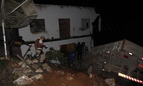 Caminhão desgovernado invade armazém na Bahia e deixa 5 feridos