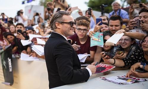 Filme estrelado por Joaquin Phoenix e aclamado pela crítica gera tanta polêmica