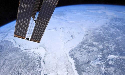 Astronauta na EEI tira FOTOS inigualáveis de colegas no espaço aberto