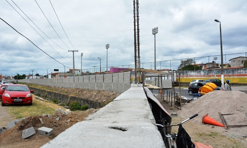 Construção do muro no Centro de Abastecimento, se aproxima do final.