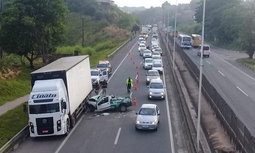 Batida entre picape e caminhão deixa pai e filho feridos na BR-324