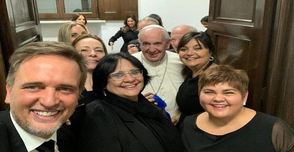 """Damares encontra Papa Francisco e seguidores alertam que """"ele é um perigo"""""""
