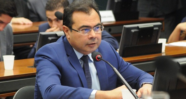 Deputado rebate ministro educação