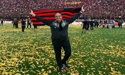 Dirigente do Flamengo cumpre promessa na final da Libertadores