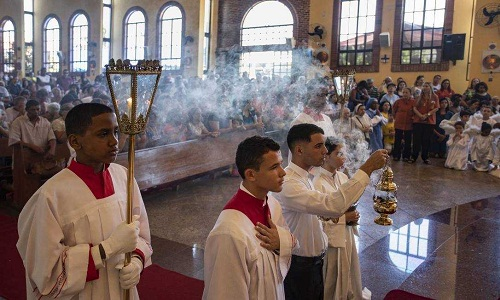 50% dos brasileiros são católicos, 31%, evangélicos e 10% não têm religião, diz Datafolha