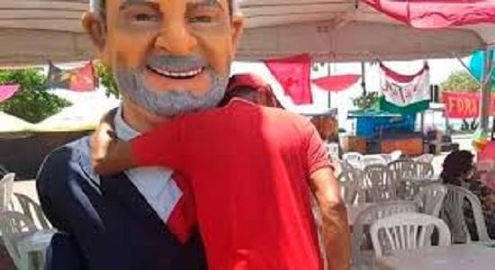 Catador de latinhas espera na fila para abraçar boneco de Lula no carnaval de Olinda e emociona redes