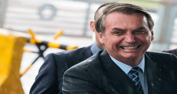 Bolsonaro volta a chamar Covid-19 de histeria e diz que fará 'festinha' de aniversário
