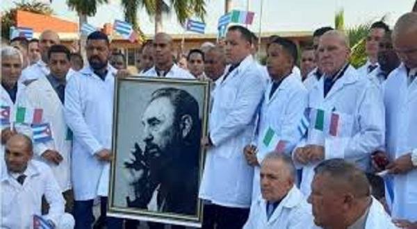 Expulsos do Brasil por Bolsonaro, médicos cubanos são aplaudidos ao desembarcar na Itália