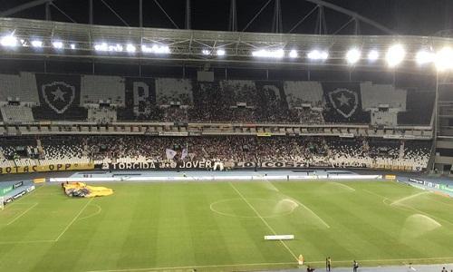 Torcedor do Botafogo é flagrado fazendo filmagens de teor sexual de alvinegra
